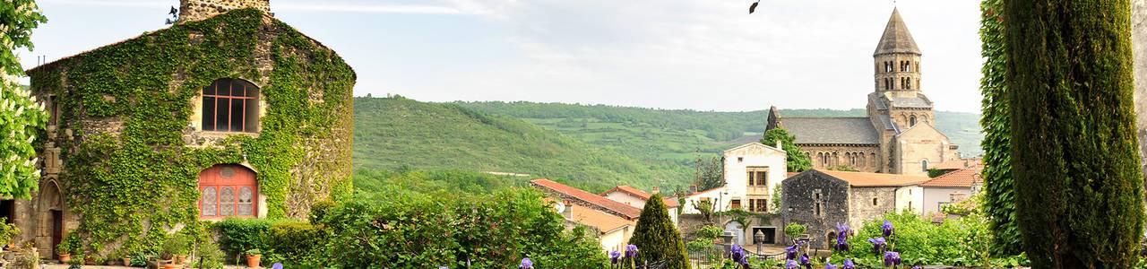 vue sur le village de saint saturnin depuis la maison d'hôtes d'Auvergne