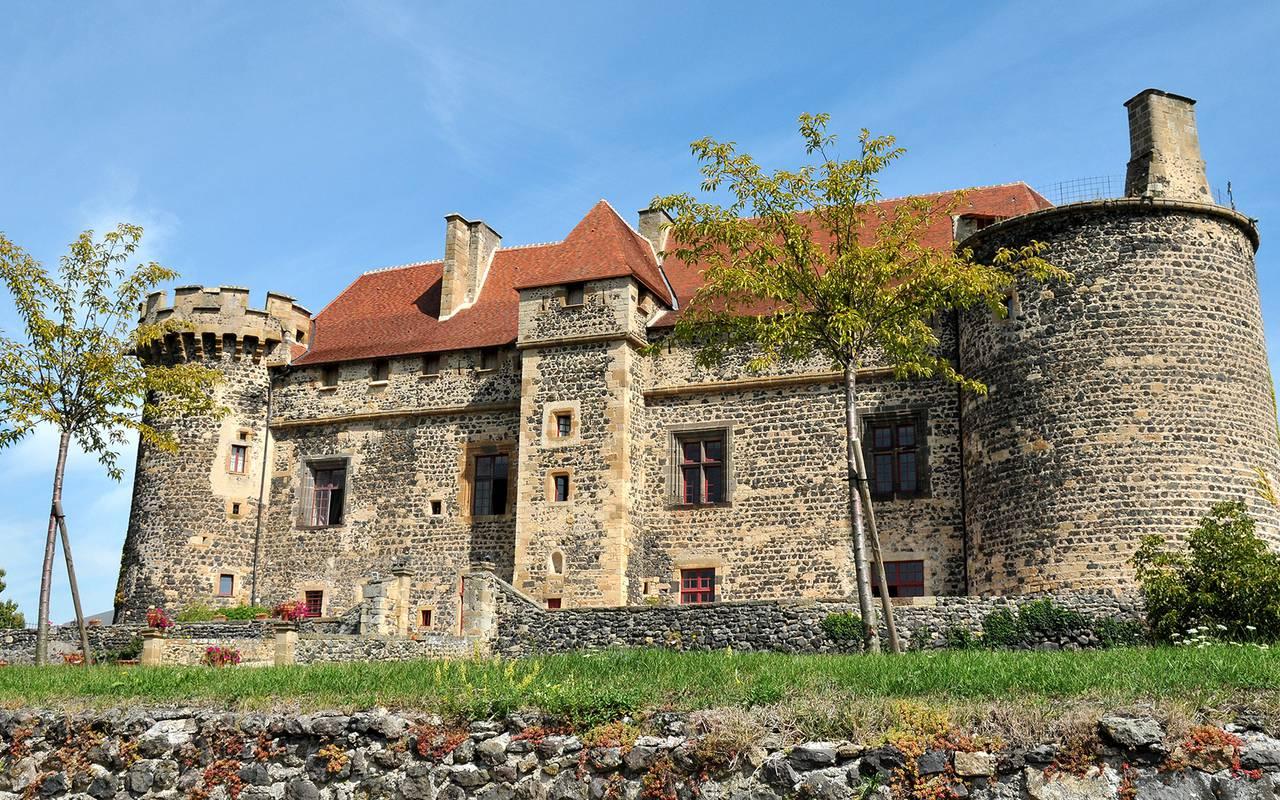 Le Château Royal de Saint Saturnin depuis ses jardins, maison d'hôtes en Auvergne