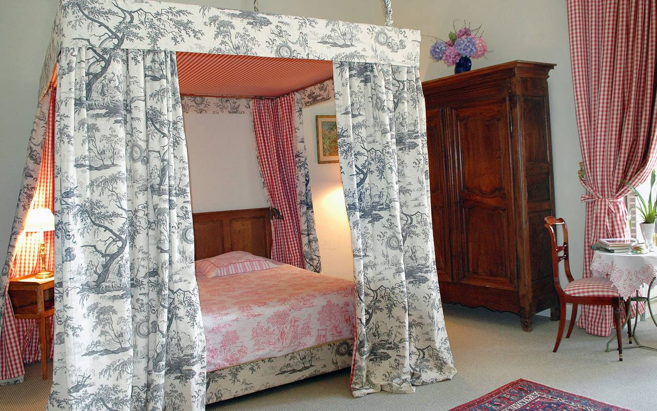 four-poster bed in middle age castle, guest house in Auvergne