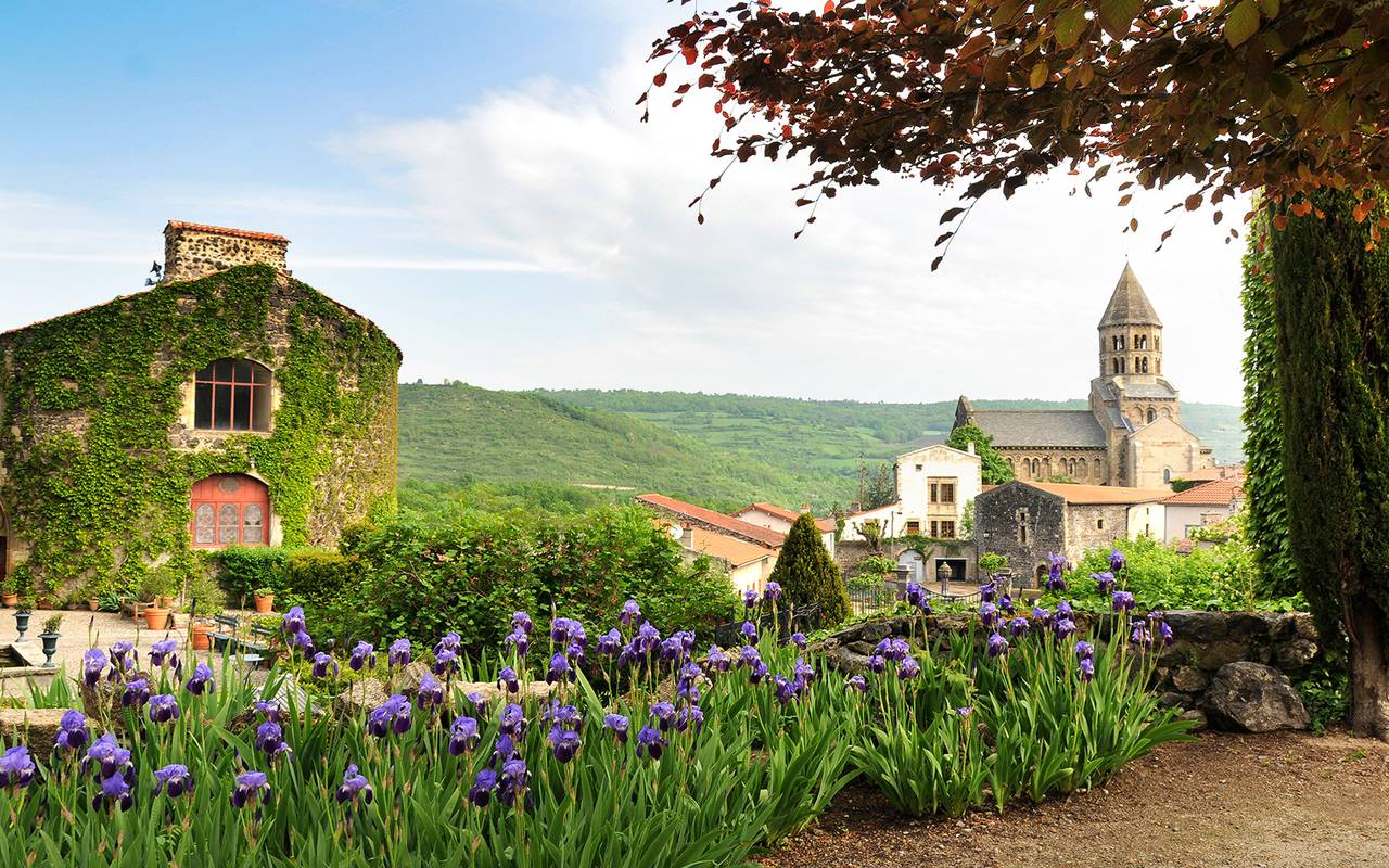 Un parterre de fleurs du Château de Saint Saturnin, maison d'hôtes Puy-de-Dôme