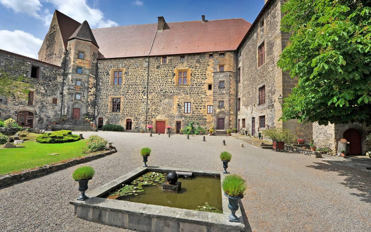 la cour du Château de Saint Saturnin maison d'hôtes de charme en Auvergne
