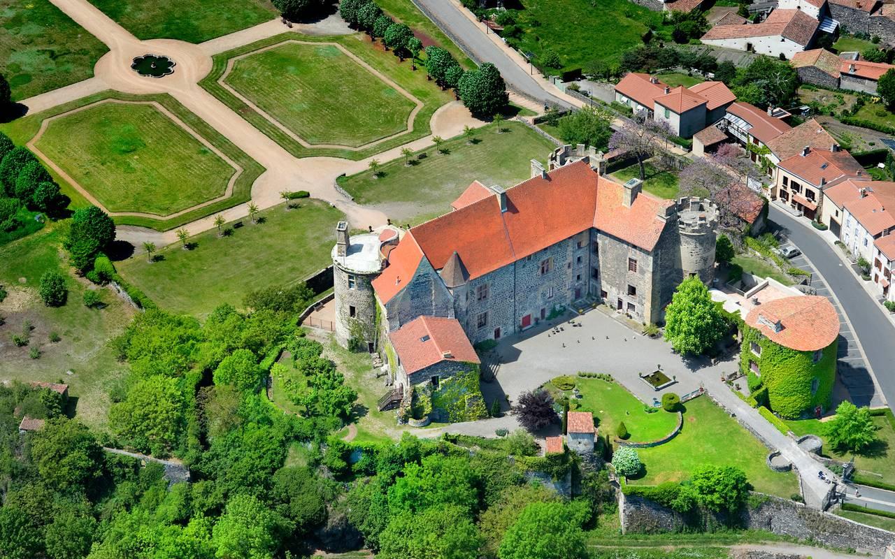 Vue aérienne de la maison d'hôtes en Auvergne et de son parc