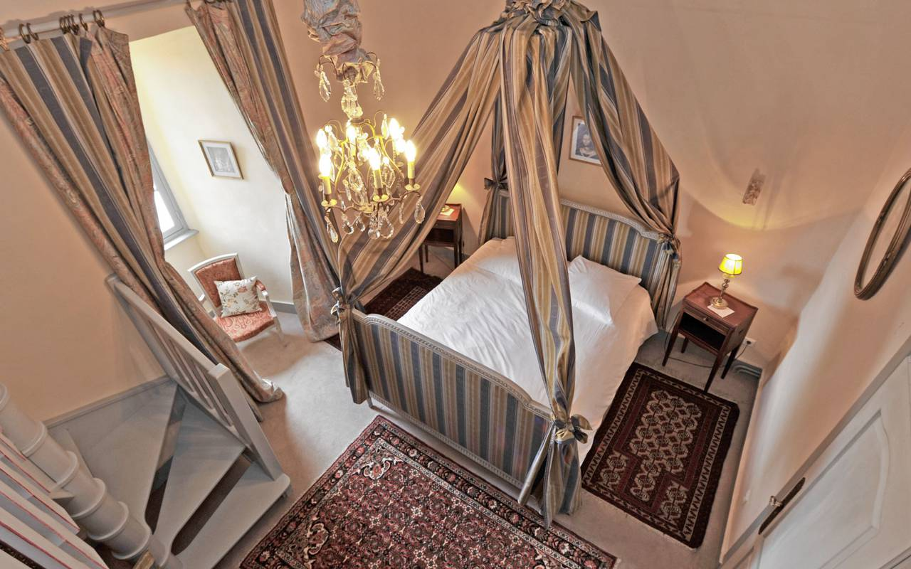 The canopy bed in teh quadruple suite of the Château Royal de Saint Saturnin, guest house Puy-de-Dôme