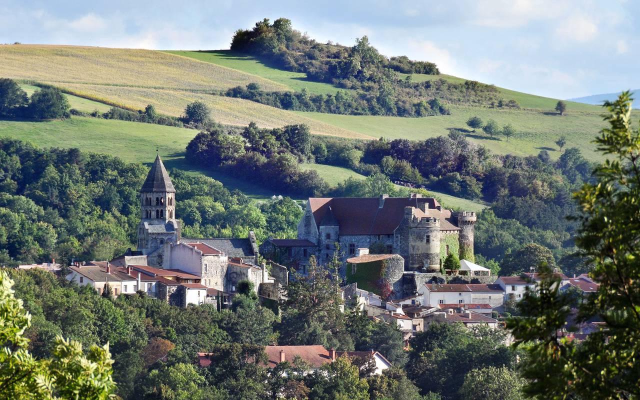 Le village de Saint Saturnin dominé par son église et le Château Royal