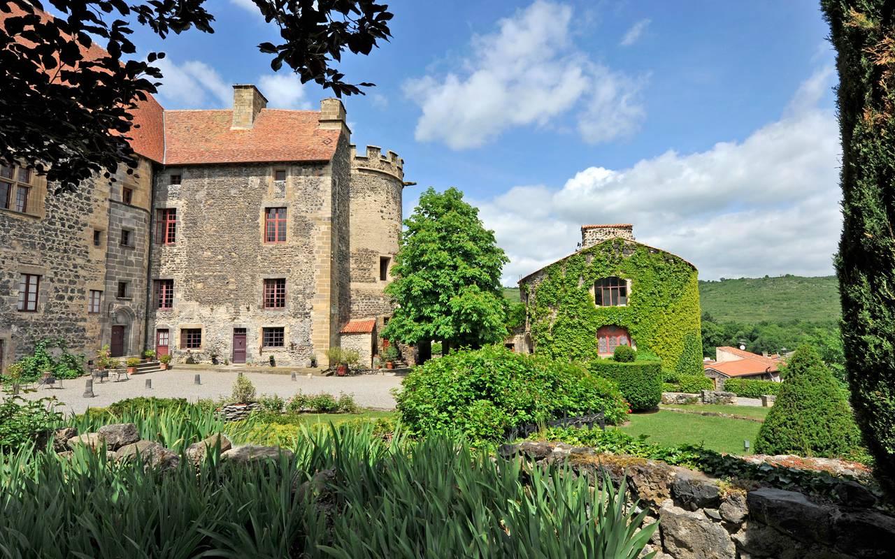 Vue du Château de Saint Saturnin, maison d'hôtes en Auvergne  à la belle saison