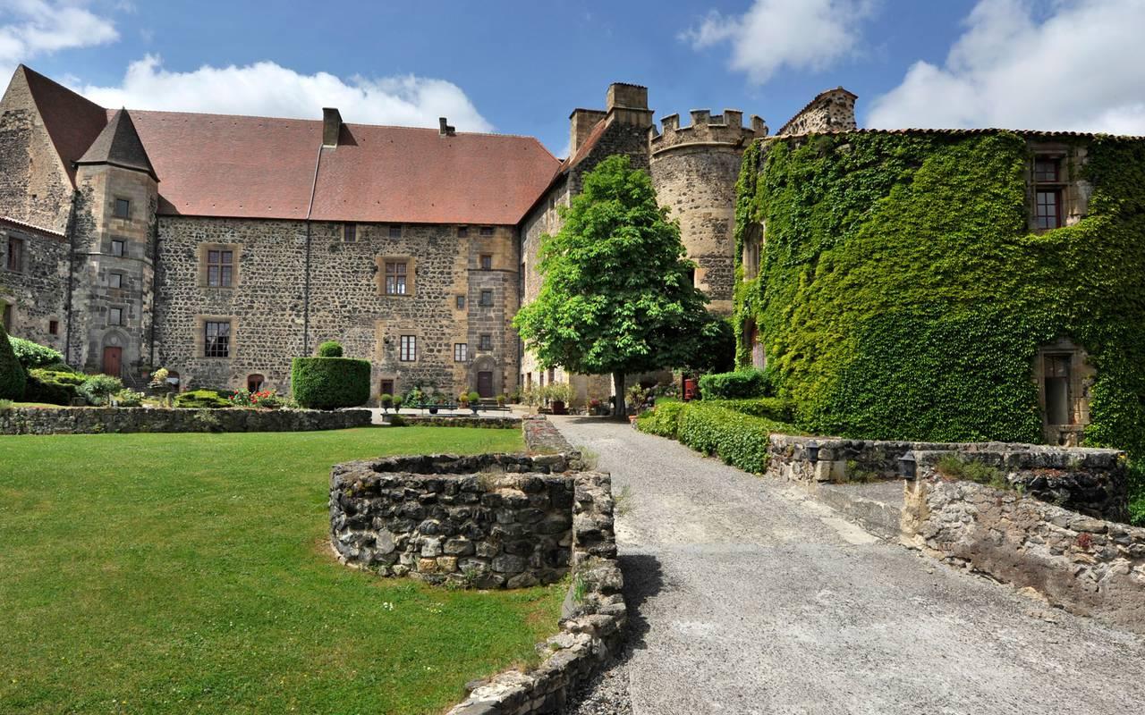 Extérieur du Château de Saint-Saturnin, maison d'hôtes dans le Puy de Dôme