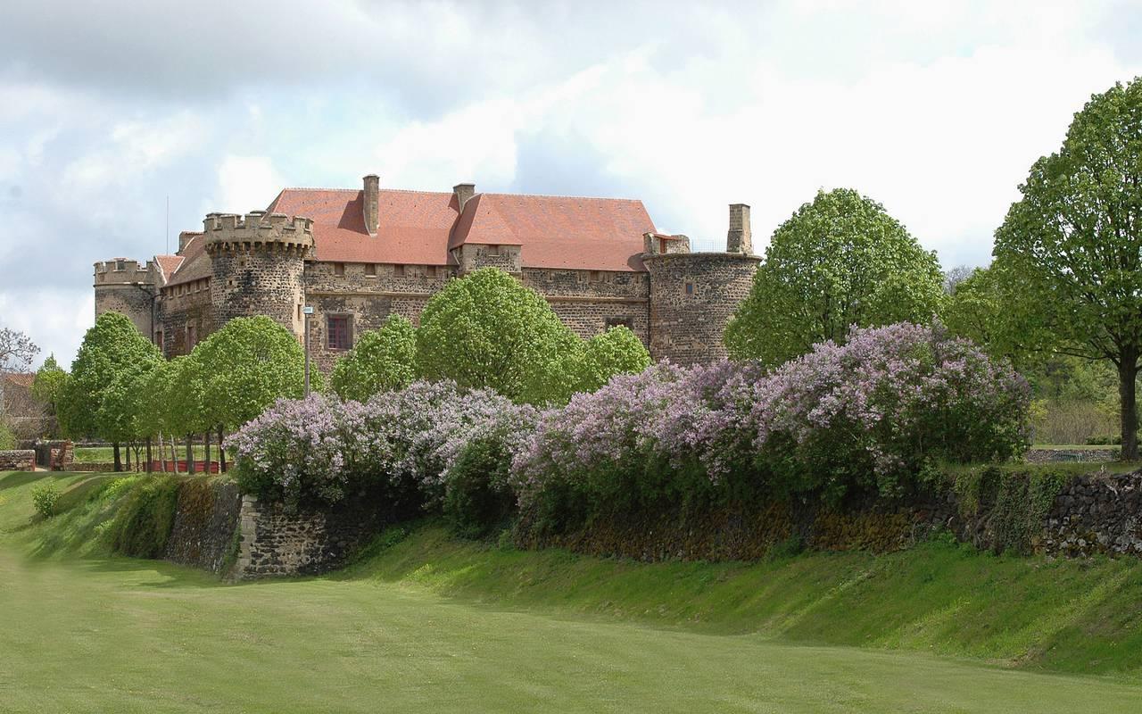 Vue du Château Royal de Saint Saturnin avec grand jardin , château à visiter Auvergne